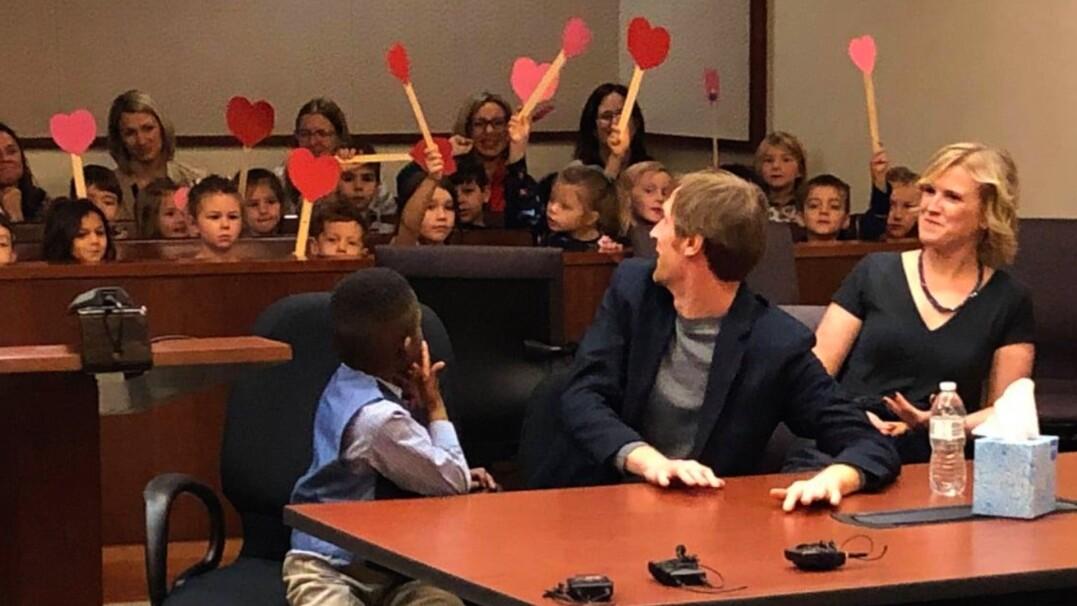 Sala sądowa pełna przedszkolaków. Wspierali kolegę podczas sprawy o adopcję